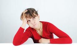 Jonge vrouw in een rode sweater stock foto