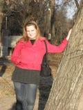 Jonge vrouw in een rood jasje Stock Afbeelding