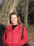 Jonge vrouw in een rood jasje Stock Foto's