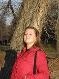 Jonge vrouw in een rood jasje Royalty-vrije Stock Foto