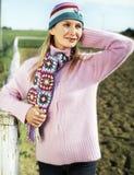 Jonge vrouw in een roze sweater in het platteland Royalty-vrije Stock Afbeelding