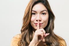 Jonge vrouw een stil gebaar stock foto's