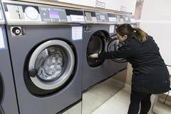 Jonge vrouw in een wasserij Royalty-vrije Stock Fotografie