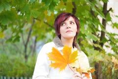 Jonge vrouw in een wit jasje Stock Afbeeldingen