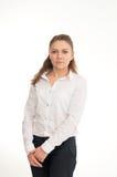 Jonge vrouw in een wit overhemd tegen witte achtergrond Royalty-vrije Stock Fotografie