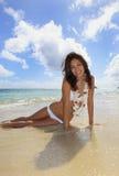 Jonge vrouw in een witte bikini stock foto