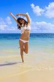 Jonge vrouw in een witte bikini stock afbeelding