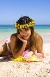 Jonge vrouw in een witte bikini royalty-vrije stock foto's