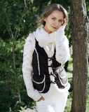 Jonge vrouw in een witte kleding in het platteland stock foto's