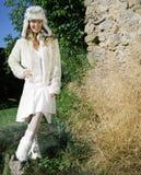Jonge vrouw in een witte kleding in het platteland stock afbeeldingen