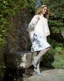 Jonge vrouw in een witte poncho in het platteland royalty-vrije stock afbeelding