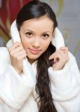Jonge vrouw in een witte robe Stock Afbeeldingen