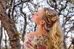 Jonge vrouw in eiken hout Stock Afbeeldingen