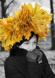 Jonge vrouw en de herfst royalty-vrije stock afbeelding