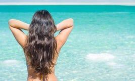 Jonge vrouw en Dode Overzees, Israël Stock Foto