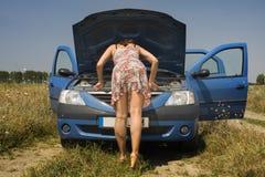 Jonge vrouw en een gebroken auto royalty-vrije stock fotografie