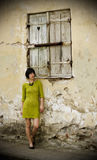 Jonge vrouw en een hart in blind stock fotografie