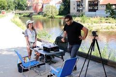 Jonge vrouw en een man terwijl visserij op een rivier in Beieren Stock Afbeeldingen