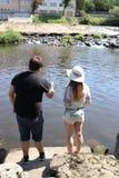 Jonge vrouw en een man terwijl visserij op een rivier in Beieren Royalty-vrije Stock Fotografie