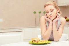 Jonge vrouw en fast-food lunch royalty-vrije stock afbeeldingen
