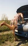 Jonge vrouw en gebroken auto royalty-vrije stock afbeelding
