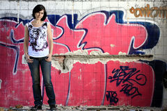 Jonge vrouw en graffiti Stock Foto's