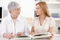 Jonge vrouw en grootmoeder die pret hebben Stock Foto's