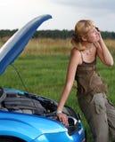 Jonge vrouw en haar gebroken auto Stock Afbeelding