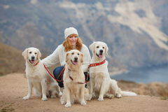 Jonge vrouw en haar huisdierenhonden Stock Foto's