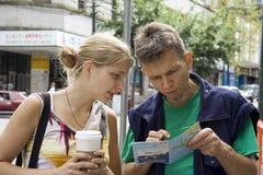 Jonge vrouw en haar vader die een stadskaart bestuderen Royalty-vrije Stock Foto