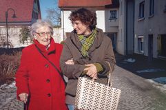Jonge vrouw en hogere vrouw die voor het winkelen gaan stock afbeeldingen