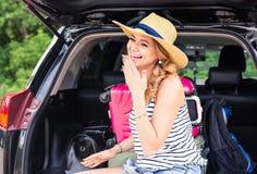 Jonge vrouw en koffer Het concept van de vakantie Autoreis Jonge Vrouw op het Strand van Formentera Eiland Meisje die met koffers Stock Afbeelding