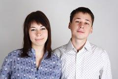 Jonge vrouw en man die camera bekijken stock foto