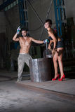 Jonge vrouw en man in fabriek Stock Afbeelding