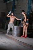 Jonge vrouw en man in fabriek Royalty-vrije Stock Foto's