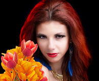 Jonge Vrouw en Mooie tuin verse kleurrijke tulpen Stock Afbeeldingen