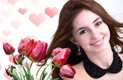 jonge Vrouw en Mooie tuin verse rode tulpen stock foto