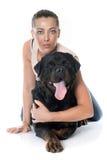 Jonge vrouw en rottweiler stock fotografie