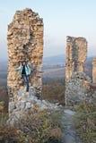 Jonge vrouw en ruïnes van het kasteel royalty-vrije stock afbeeldingen