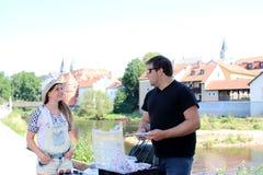 Jonge vrouw en terwijl visserij op een rivier in Beieren Stock Foto's