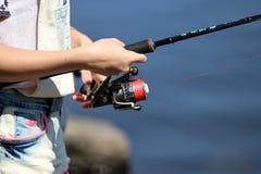 Jonge vrouw en terwijl visserij op een rivier in Beieren Stock Afbeeldingen