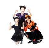 Jonge vrouw en twee meisjes in de kostuums van kattencarnaval het stellen Royalty-vrije Stock Afbeelding