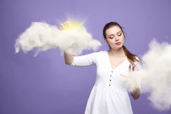 Jonge vrouw en zon die uit van achter de de wolken, wolk gegevensverwerking of het weerconcept glanzen stock afbeeldingen