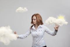 Jonge vrouw en zon die uit van achter de de wolken, wolk gegevensverwerking of het weerconcept glanzen stock fotografie