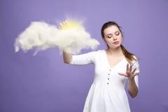Jonge vrouw en zon die uit van achter de de wolken, wolk gegevensverwerking of het weerconcept glanzen royalty-vrije stock afbeelding