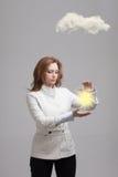Jonge vrouw en zon die uit van achter de de wolken, wolk gegevensverwerking of het weerconcept glanzen stock foto