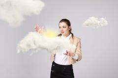 Jonge vrouw en zon die uit van achter de de wolken, wolk gegevensverwerking of het weerconcept glanzen royalty-vrije stock afbeeldingen