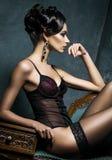 Jonge vrouw in erotische lingerie in een studio Royalty-vrije Stock Foto's