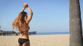 Jonge vrouw gelukkig bij het strand De zomergevoel stock footage