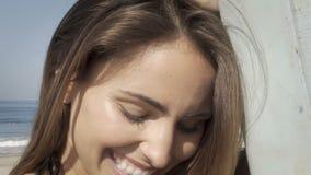 Jonge vrouw gelukkig bij het strand De zomergevoel stock videobeelden